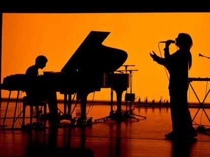 El productor Raül Refree y la cantante de fados Lina preparan la gira del álbum en Caldas de Rainha.