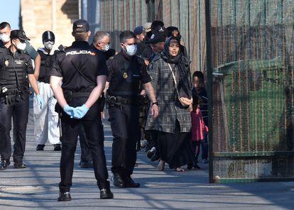 Llegada al puerto de Almería de los ocupantes de una patera con diez hombres, una mujer y tres menores, el pasado 20 de mayo.