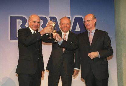 De izquierda a derecha, González, Ybarra y Uriarte, en la celebración del primer año de la fusión.