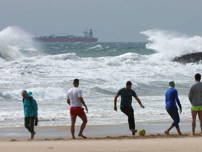 Unos jóvenes juegan el fútbol en una playa de Tarragona.