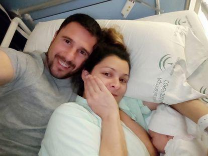 Alba Caballero y sus padres, en el hospital de Marbella.