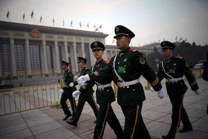 Policías paramilitares montan guardia en la plaza de Tiananmen antes del comienzo de la Asamblea Nacional Popular.