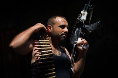Un rebelde sirio exhibe su fusil durante los combates en Alepo.