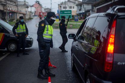 Control de la Policía Nacional en la frontera entre Verín (Ourense) y Chaves (Portugal), este domingo.