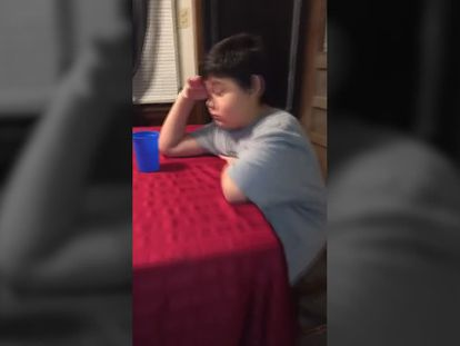 La emotiva reacción de un niño de nueve años al tomar su última pastilla de quimioterapia