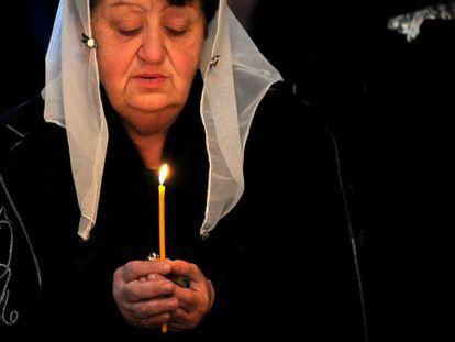 Una mujer sostiene una vela durante una ceremonia de conmemoración del genocidio armenio, en la catedral de Ereván, este jueves.