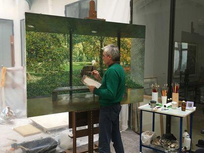 El pintor Rafael Cidoncha, autor del retrato de Ana Botella, trabajando en su estudio en una imagen cedida por el artista.