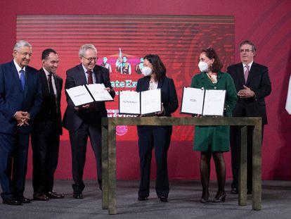 La firma del acuerdo entre el Gobierno mexicano y laboratorios que desarrollan vacunas contra la covid-19.