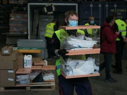 Preparación y distribución de material en Barcelona para las elecciones catalanas del 14 de febrero.