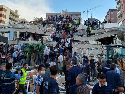 Varias personas intentan rescatar supervivientes tras un terremoto en la ciudad turca de Izmir, el 30 de octubre de 2020.