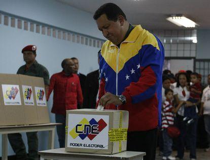 El presidente venezolano deposita su voto en las elecciones legislativas