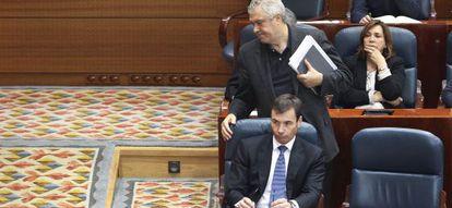 Salida del diputado del PSOE José Quintana tras ser expulsado del pleno por el presidente, Ignacio Echeverría.