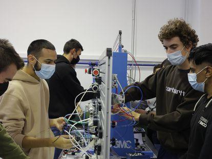 Varios estudiantes realizan prácticas en un centro de Formación Profesional de Zaragoza.