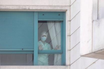 Una trabajadora del personal sanitario, protegida con mascarilla, en la Residencia ORPEA Madrid Buenavista.