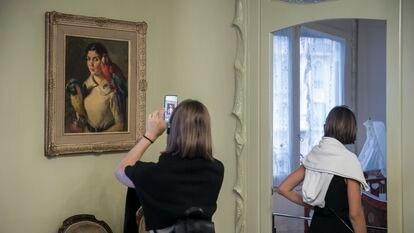 El cuadro de Pedro Segimon con los dos guacamayos, que los herederos de su tía Roser Segimon han depositado para mostrarlo en La Pedrera.