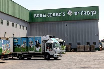 Un camión de reparto carga helados en la fábrica de Ben & Jerry's en Be'er Tuvia, este martes.