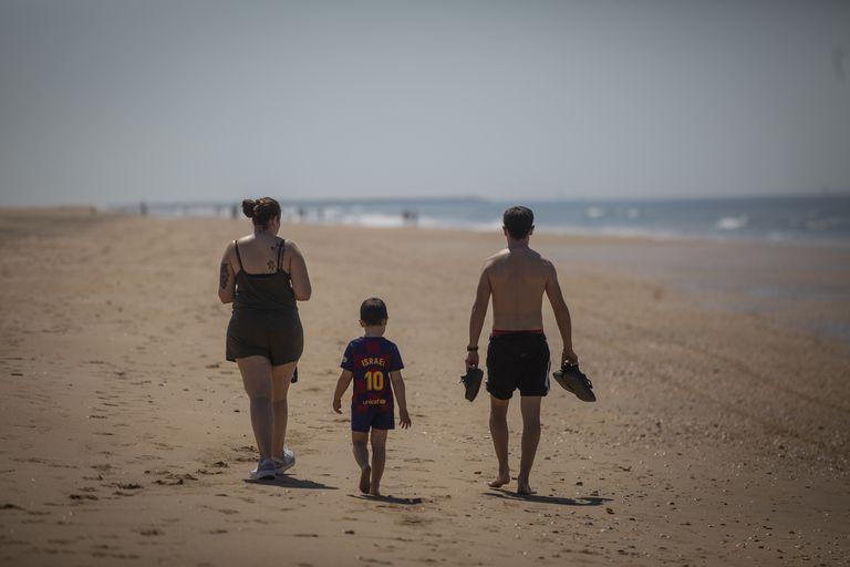 Una familia pasea por la playa de Punta Umbría (Huelva), el pasado jueves.