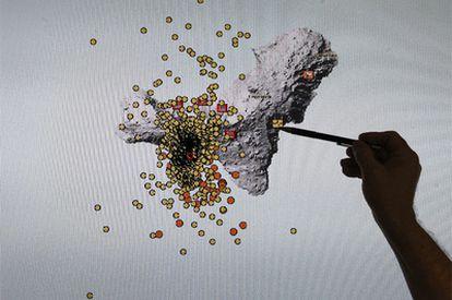 Un técnico del Instituto Geográfico Nacional muestra en una pantalla movimientos sísmicos registrados en El Hierro, más de 8.000 desde el 19 de julio.