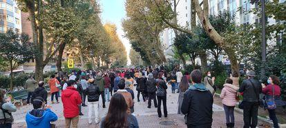 Más de un millar de personas, según los sindicatos, se concentraron el viernes ante la consejería de Educación de Cantabria para protestar por la suspensión de la semana de vacaciones.