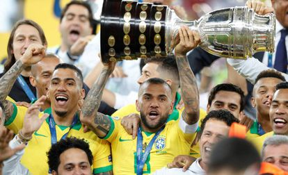 Dani Alves levanta la novena Copa América de Brasil.