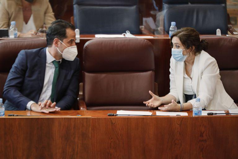 La presidenta de la Comunidad de Madrid, Isabel Díaz Ayuso, mantiene una conversación con el vicepresidente, Ignacio Aguado, durante la segunda jornada del pleno del debate del estado de la región.