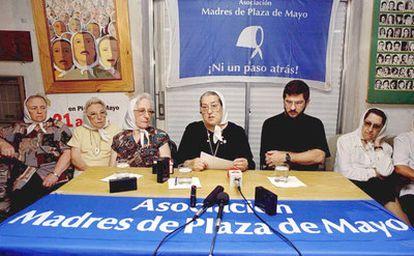 Hebe de Bonafini, en el centro, acompañada por Hebe de Mascia ,(izquierda), y Sergio Schoklender (1997).