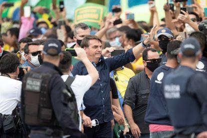 El presidente de Brasil, Jair Bolsonaro, se reúne con simpatizantes este domingo, en Brasilia (Brasil).
