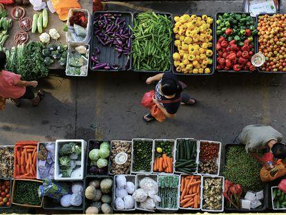 Mercado callejero de verduras frescas en Seremban, Malasia.