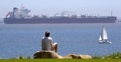 El petrolero Pegasus Voyager, a finales de abril, anclado frente a Long Beach, California, donde permanecen varios petroleros sin destino.