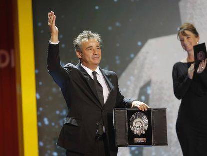 Eduard Fernández recoge la Concha de Plata al mejor actor.