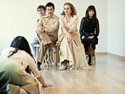 José Bustos, José Troncoso, Consuelo Trujillo, Zaira Montes y Yaiza Marcos (de espaldas) en un ensayo de 'Paloma negra'.
