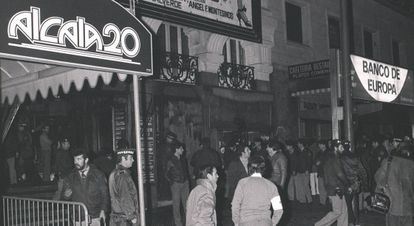 Policías y políticos delante de la discoteca Alcalá 20 la noche del incendio.