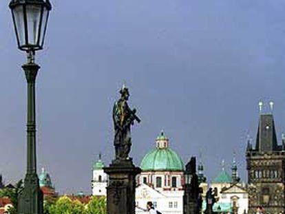 El puente Carlos, en Praga, capital de la República Checa.