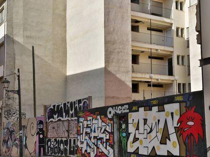Parte posterior y portal de entrada al edificio de viviendas sociales de la calle Murillo de Valencia, acabado desde hace 10 años.