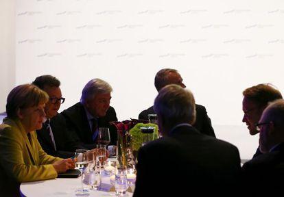 La canciller alemana, Angela Merkel, charla con el presidente del Bundesbank, Jens Weidmann (derecha), el pasado 19 de enero.