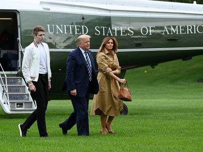 El presidente Donald Trump, la primera dama Melania Trump y el hijo de ambos, Barron, a su llegada a la Casa Blanca el domingo.
