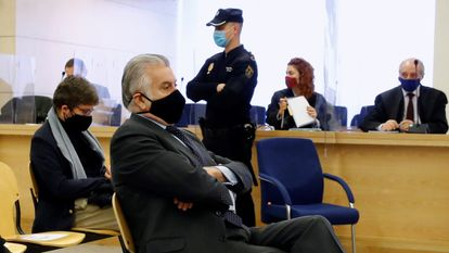 """El extesorero del PP Luis Bárcenas, en el banquillo de los acusados durante la primera sesión del juicio de los """"papeles de Bárcenas"""" celebrada el pasado 8 de febrero."""