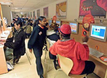 Un cibercafé de París que pone al servicio de internautas 350 pantallas las 24 horas del día.