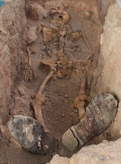Trabajos de exhumación de la fosa común anexa al cementerio de Almagro, en Ciudad Real, donde fueron fusiladas 28 personas y ahora se están recuperando sus restos.