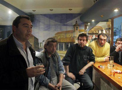 De izquierda a derecha, Pedro Sánchez, alcalde de Yebra,  Juan, Pedro, Ángel (hermano del edil) y el dueño del bar. Abajo, el almacén nuclear holandés que visitaron.