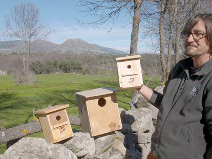 En vídeo, Luis Martínez, biólogo y técnico de la Sociedad Española de Ornitología (SEO), explica la importancia de las cajas nido y cómo colocarlas.