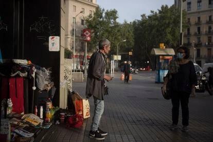Jesús, que vive en la ronda de Sant Antoni, habla con las voluntarias de Arrels.