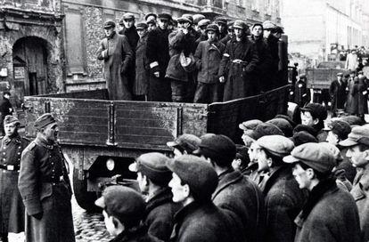 Jóvenes judíos trasladados por los nazis desde el gueto de Varsovia, en una imagen de 1941.