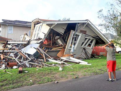Un hombre observa su casa colapsada por el huracán 'Ida' en Nueva Orleans, Luisiana.