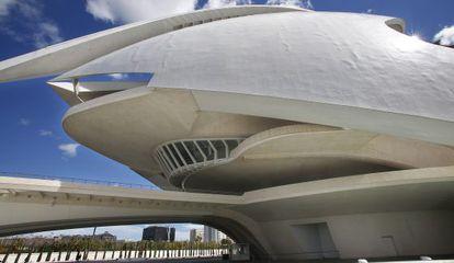 Los abombamientos en el 'trencadís' recorren como arrugas el cascarón de la fachada del Palau de les Arts de Valencia.