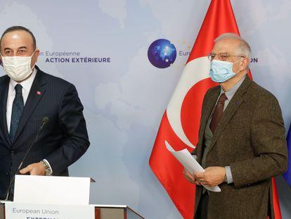 El Alto Representante de Política Exterior de la UE, Josep Borrell, comparece junto al ministro turco de Exteriores, Mevlut Cavusoglu, el pasado jueves en Bruselas.