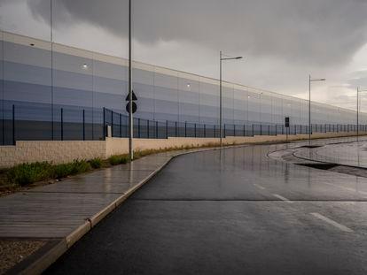 Fachada de una planta logística de grandes dimensiones en Illescas (Toledo), este mes.