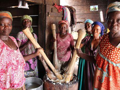 Las mujeres del campamento trabajan juntas.