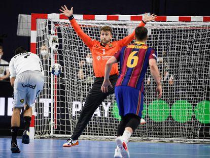 El portero del Barcelona, Pérez de Vargas, ante Valero Rivera Folch, del Nantes, en la semifinal de la Final Four en Colonia.