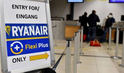 Pasajeros en la cola de facturación de Ryanair del aeropuerto berlinés de  Schoenefeld.